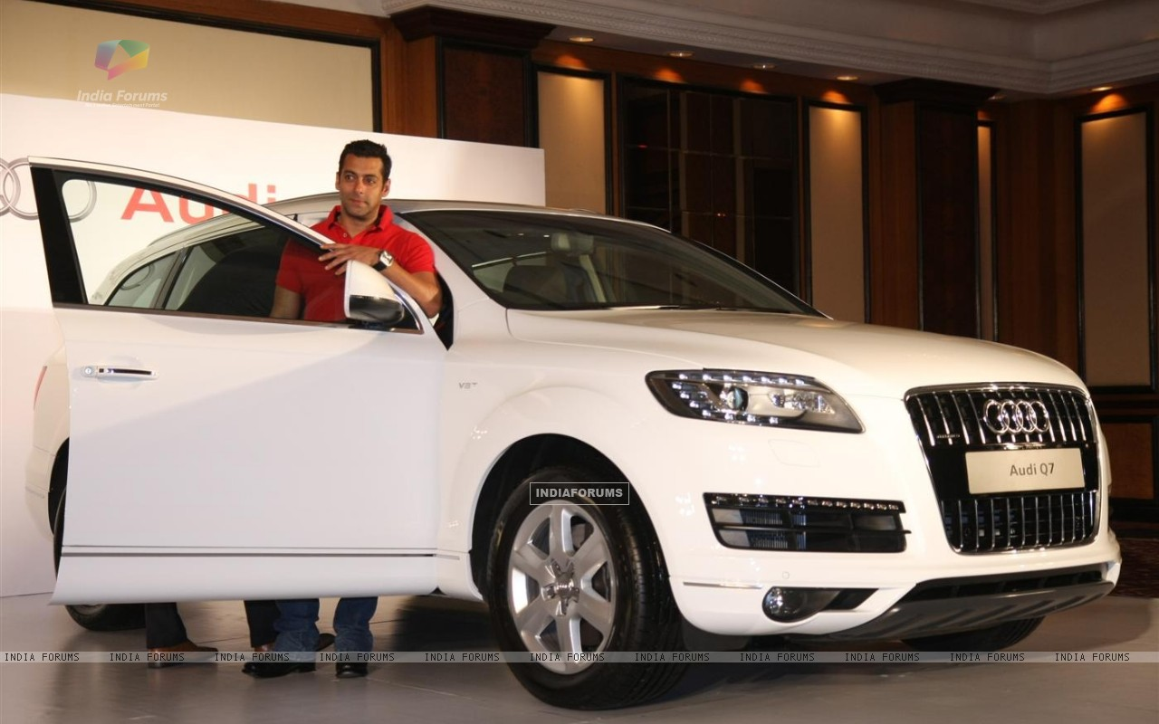 173866-audi-india-officially-presenting-an-audi-q7-to-superstar-salman.jpg (1280×800)