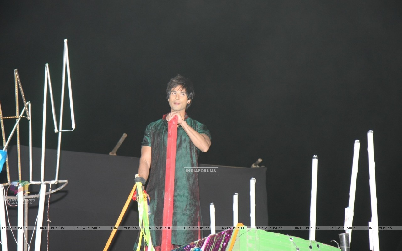 Shahid's dance act on truck at 18th Annual Colors Screen Awards at MMRDA Grounds in Mumbai (179324) size:1280x800