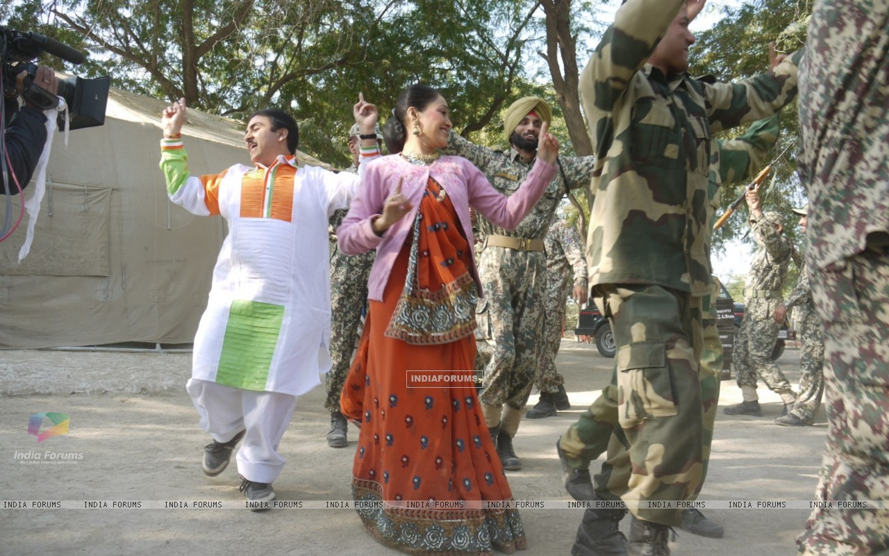Dilip Joshi & Disha Wakani at Kutch celebrating Republic Day in tv show Taarak Mehta Ka Ooltah Chash (180989) size:1280x800