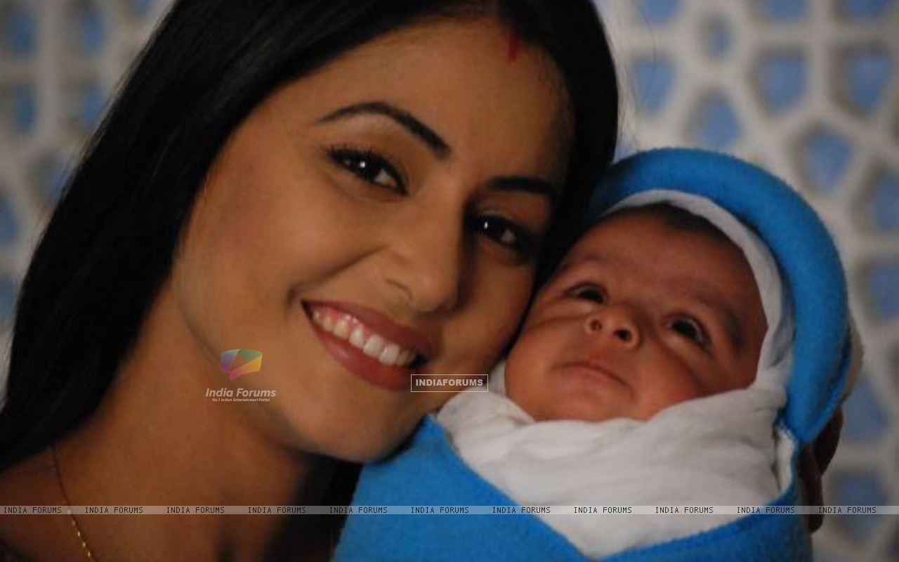 Akshara with her new born baby boy in tv show Ye Rishta Kya Kehlata Hai (182062) size:1280x800