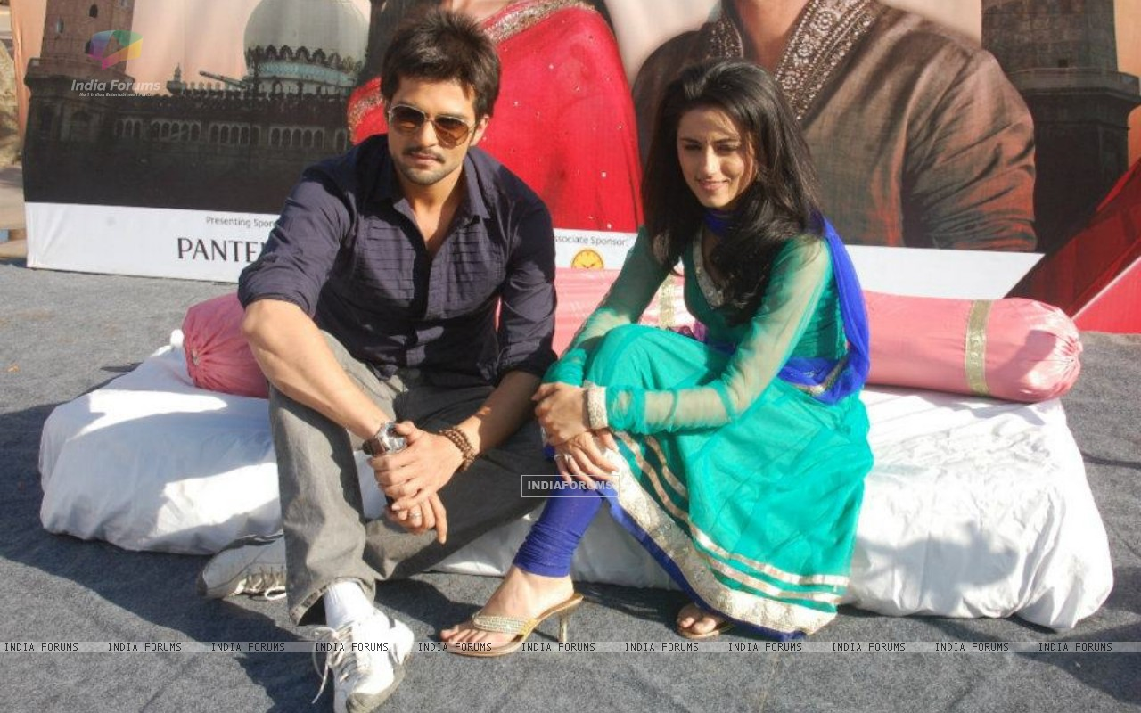 RaQesh Vashisth & Riddhi Dogra Vashisth advertising for Star Parivaar Awards 2012 (184707) size:1280x800