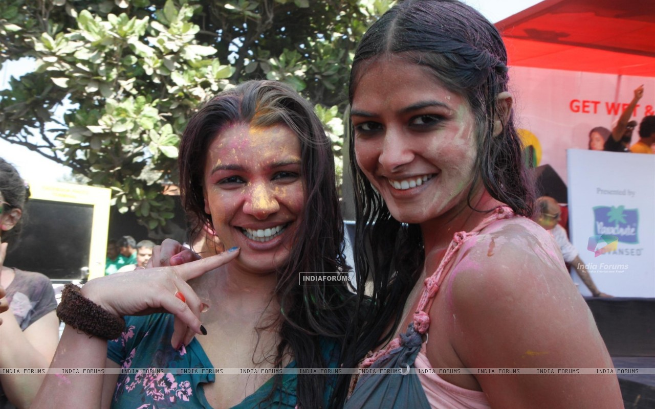 Mink Brar at Zoom Holi bash (187349) size:1280x800