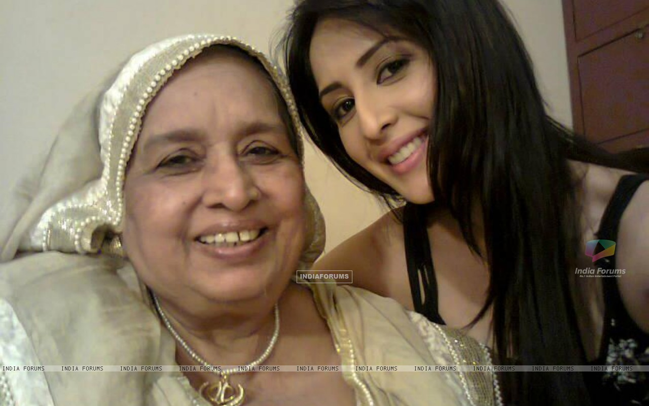 Ayesha and Dadi on the sets (191453) size:1280x800