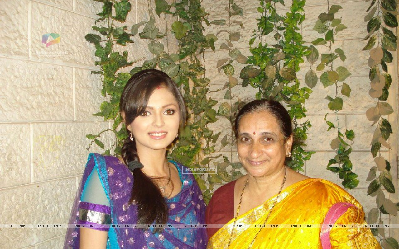 Drashti Dhami with a fan on the sets of Geet (193181) size:1280x800