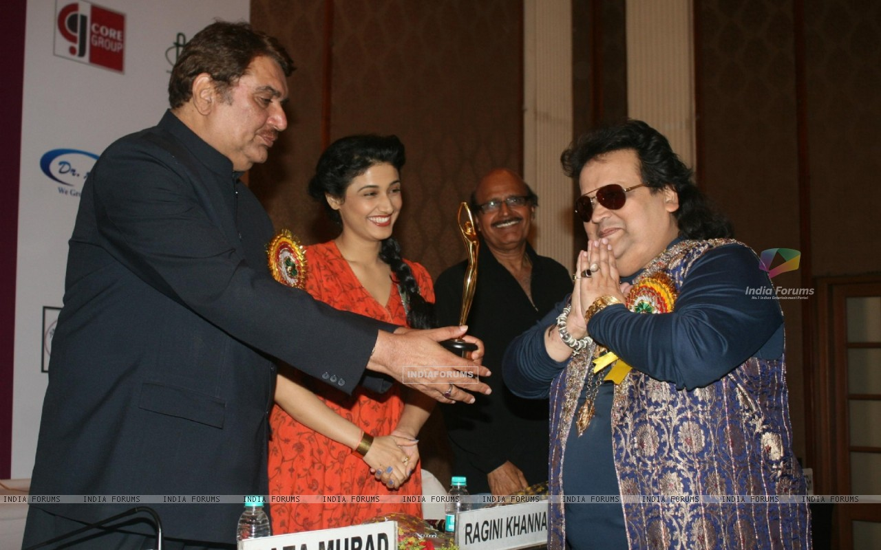 Raza Murad, Ragini Khanna, Bappi Lahiri and Avtaar Gill at Golden Achiever Awards 2012 (193324) size:1280x800