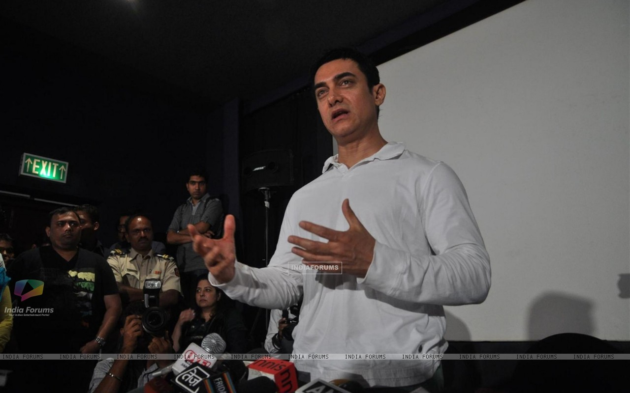 Aamir Khan during his first Television Reality Show unveiled with the song of �Satyamev Jayate Satyamev Jayate� (193635) size:1280x800
