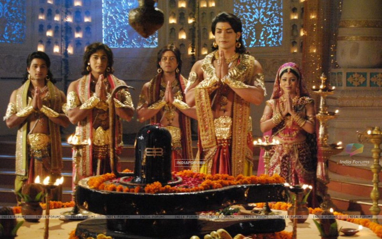 Gurmeet Choudhary and Debina Bonnerjee as Shri Ram and Devi Sita in Sagar Arts' Ramayan (194133) size:1280x800