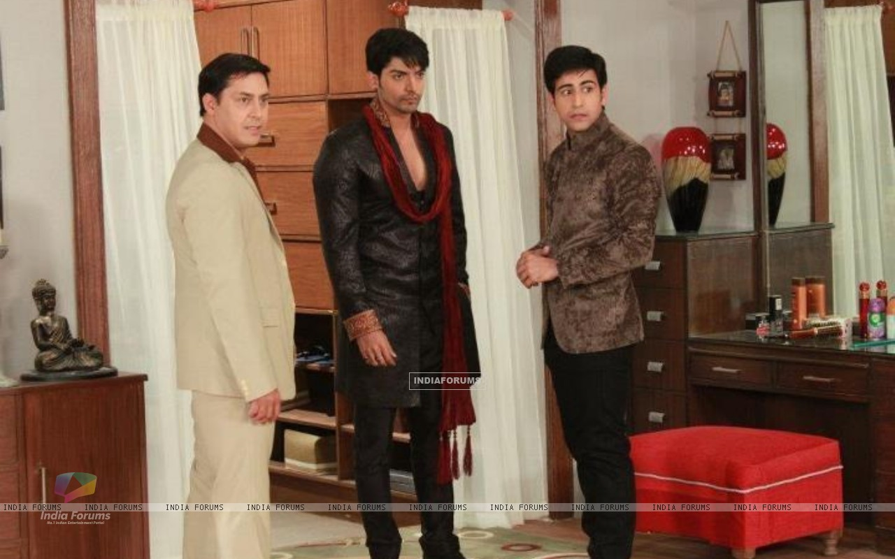 Gurmeeet Choudhary, Dishank Arora and Rakesh Kukreti on sets of punar vivah (195028) size:1280x800