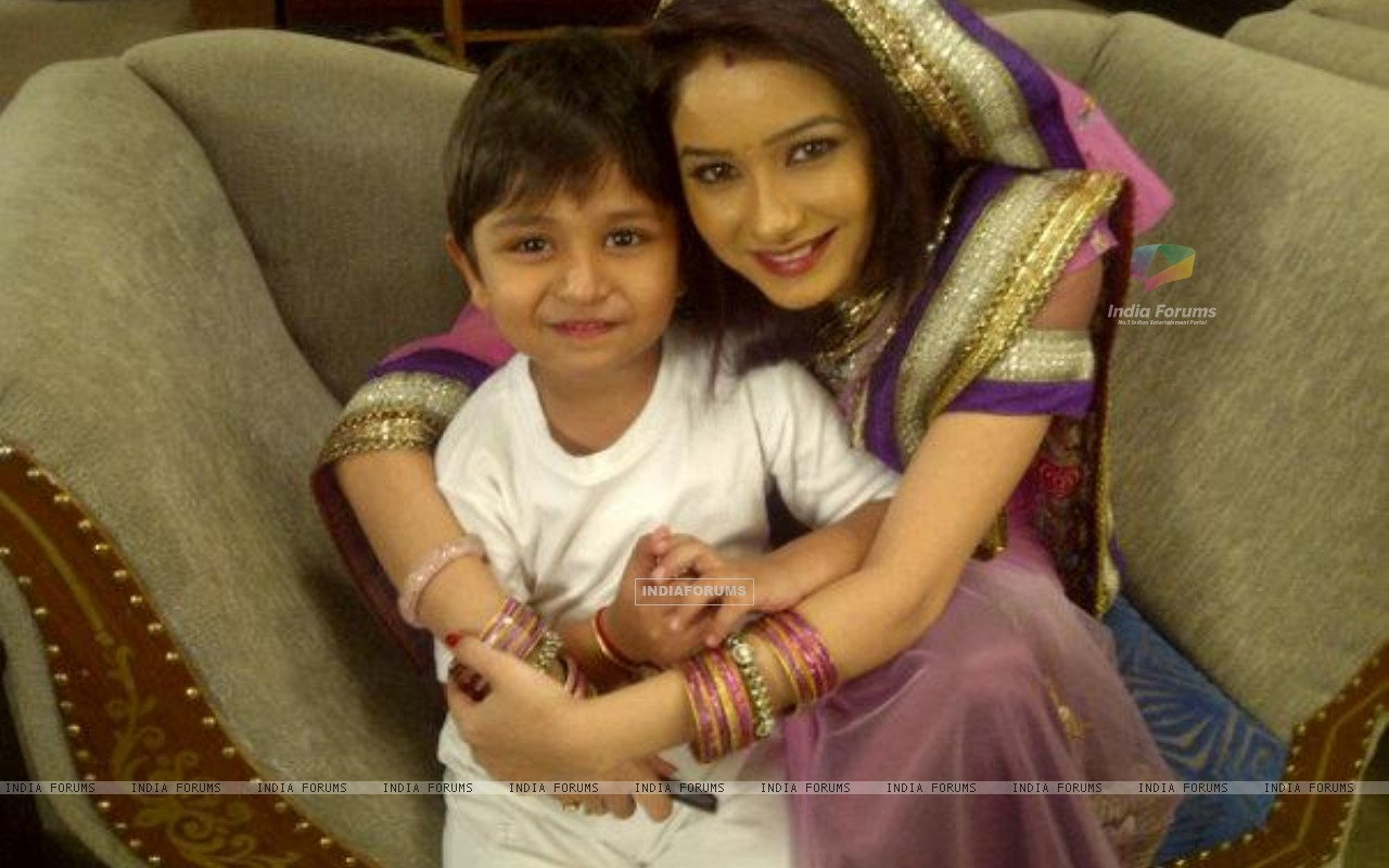 Paridi with Ansh on sets of Punar Vivah (196295) size:1280x800