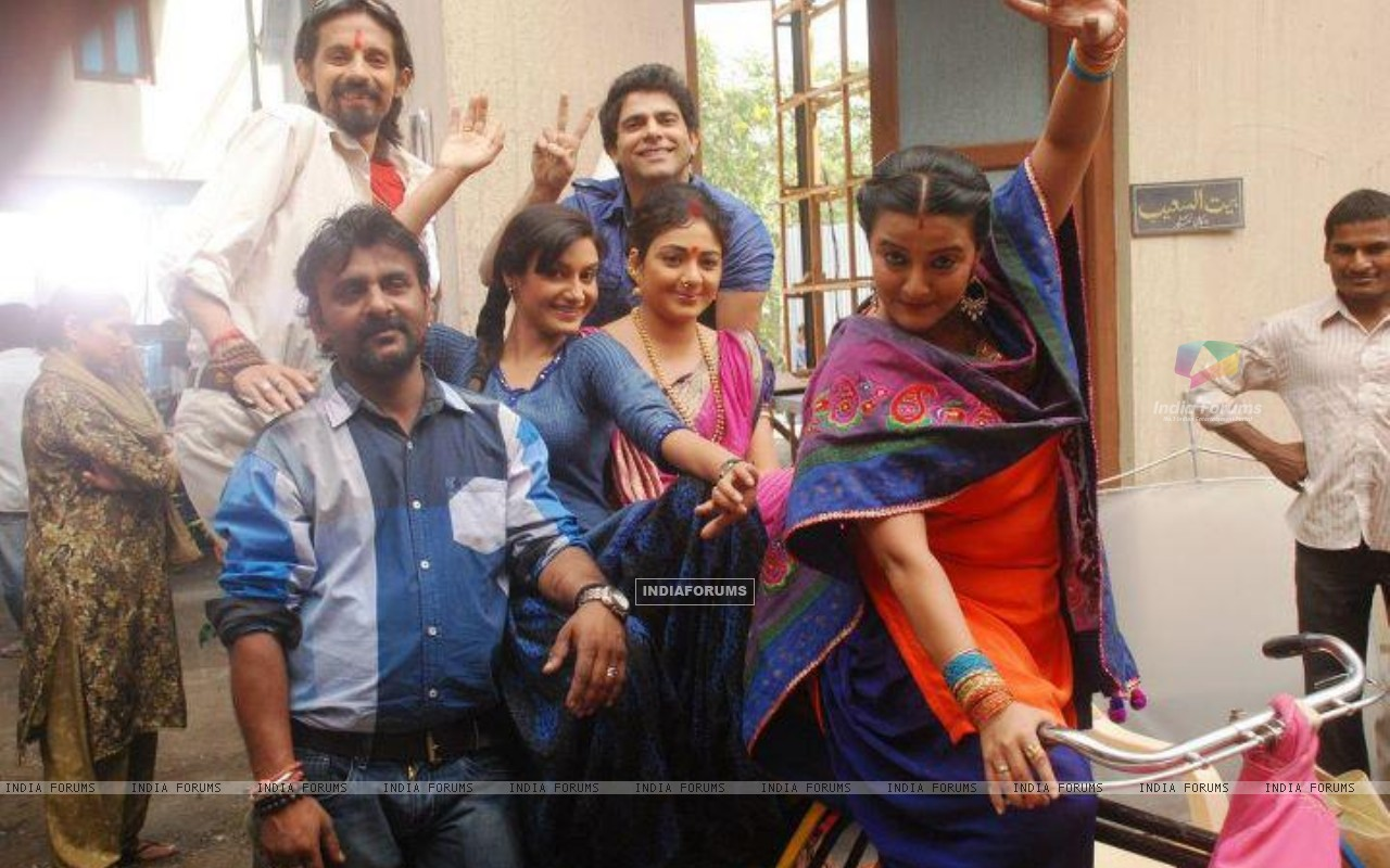 Rati Pandey offscreen photo from Hitler didi set with co-stars (197347) size:1280x800