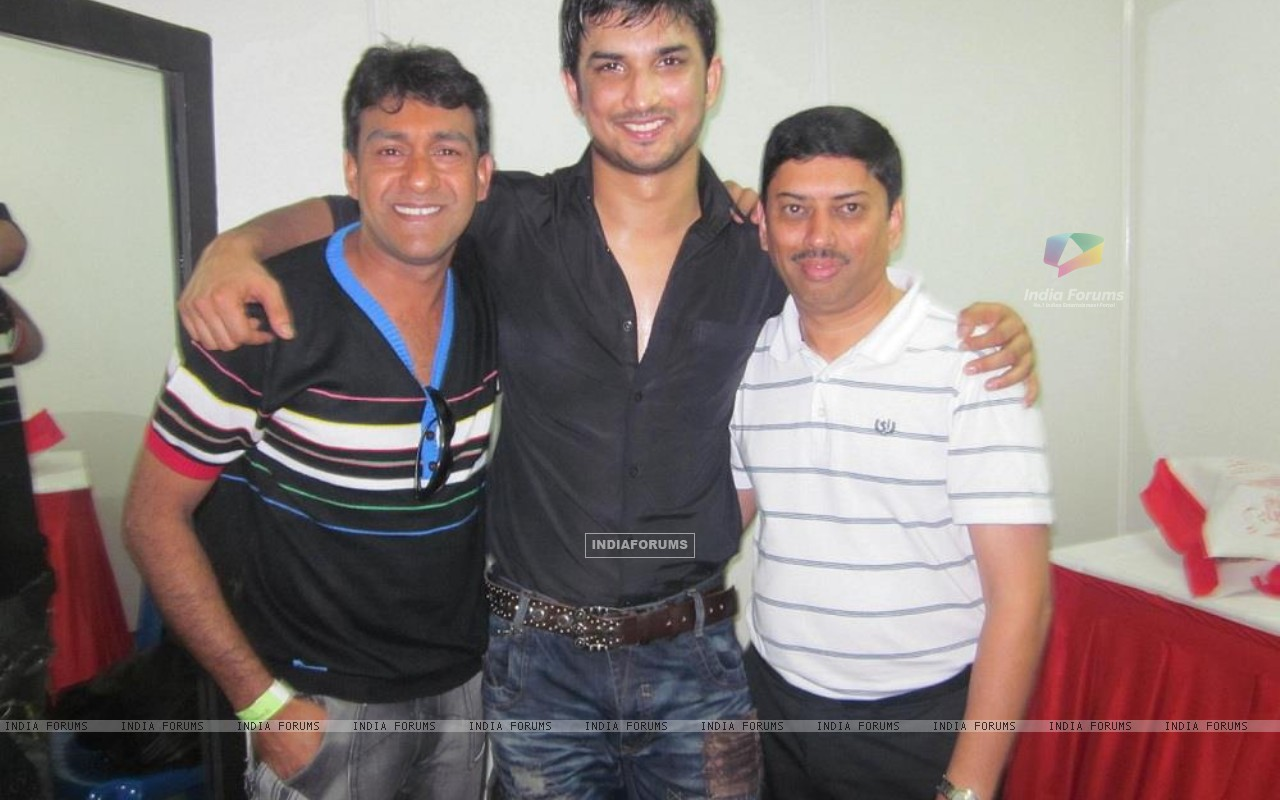 Sushant Singh Rajput With Event Managers At Bengluru Ganesh Utsav (197605) size:1280x800