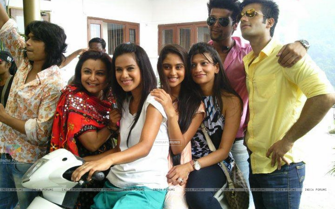 Kushal, Nia, Karan and Krystle with team (199617) size:1280x800
