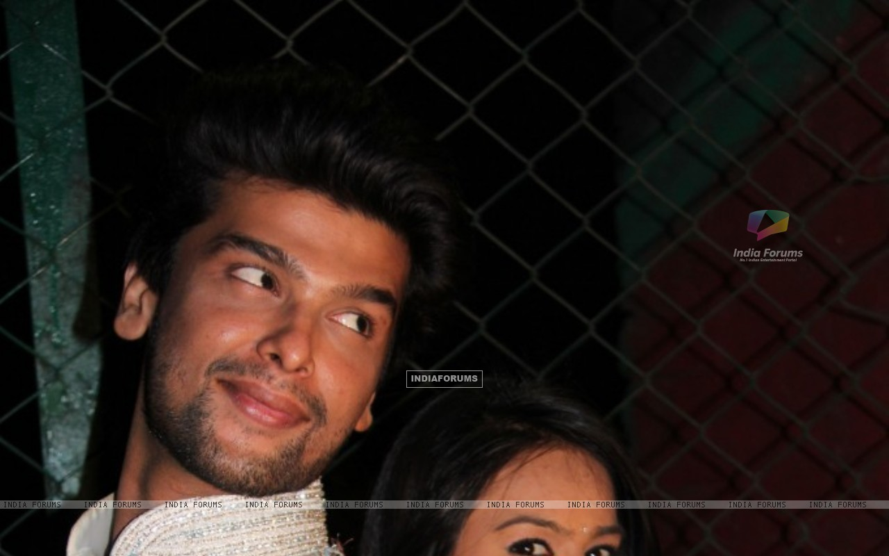 Still of Nia Sharma and Kushal tandon as Manvi and virat from Ek Hazaaron Mein Meri Behna Hain (200958) size:1280x800