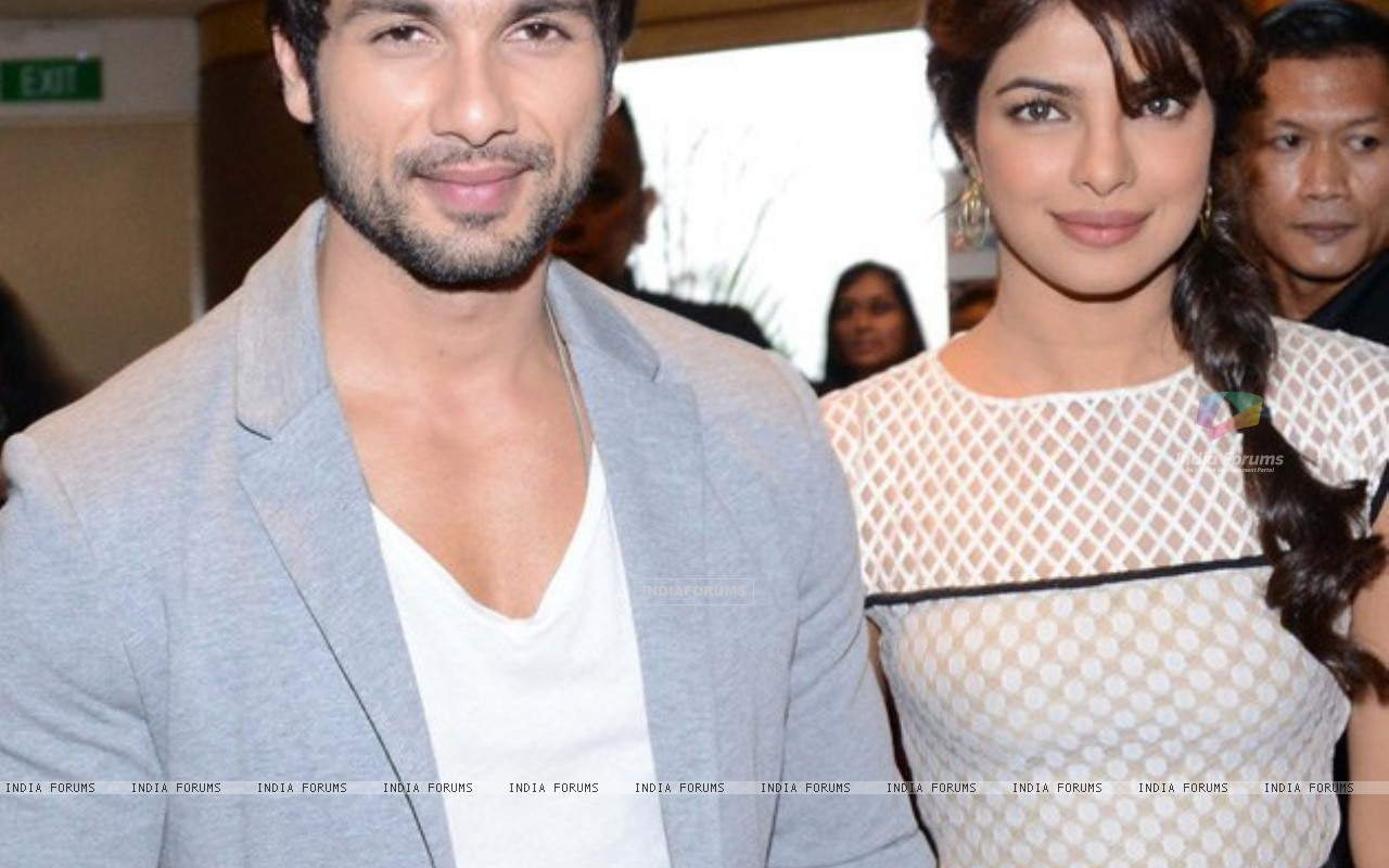Priyanka and Shahid at IIFA 2012 (202625) size:1280x800