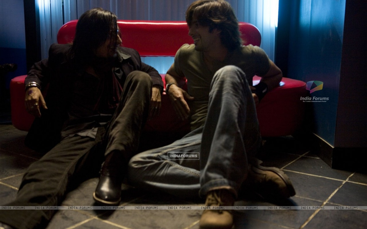 Shahid Kapoor talking to a man (20351) size:1280x800
