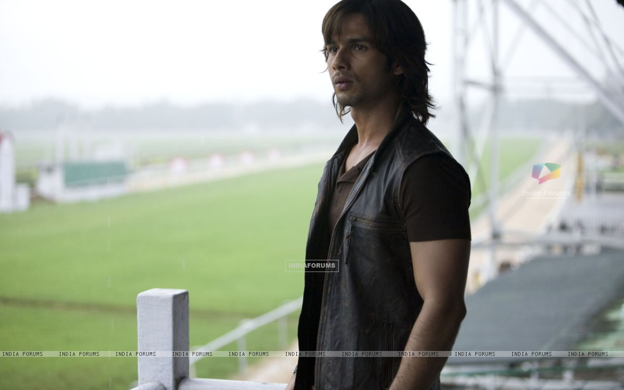 Shahid Kapoor looking confused (20357) size:1280x800