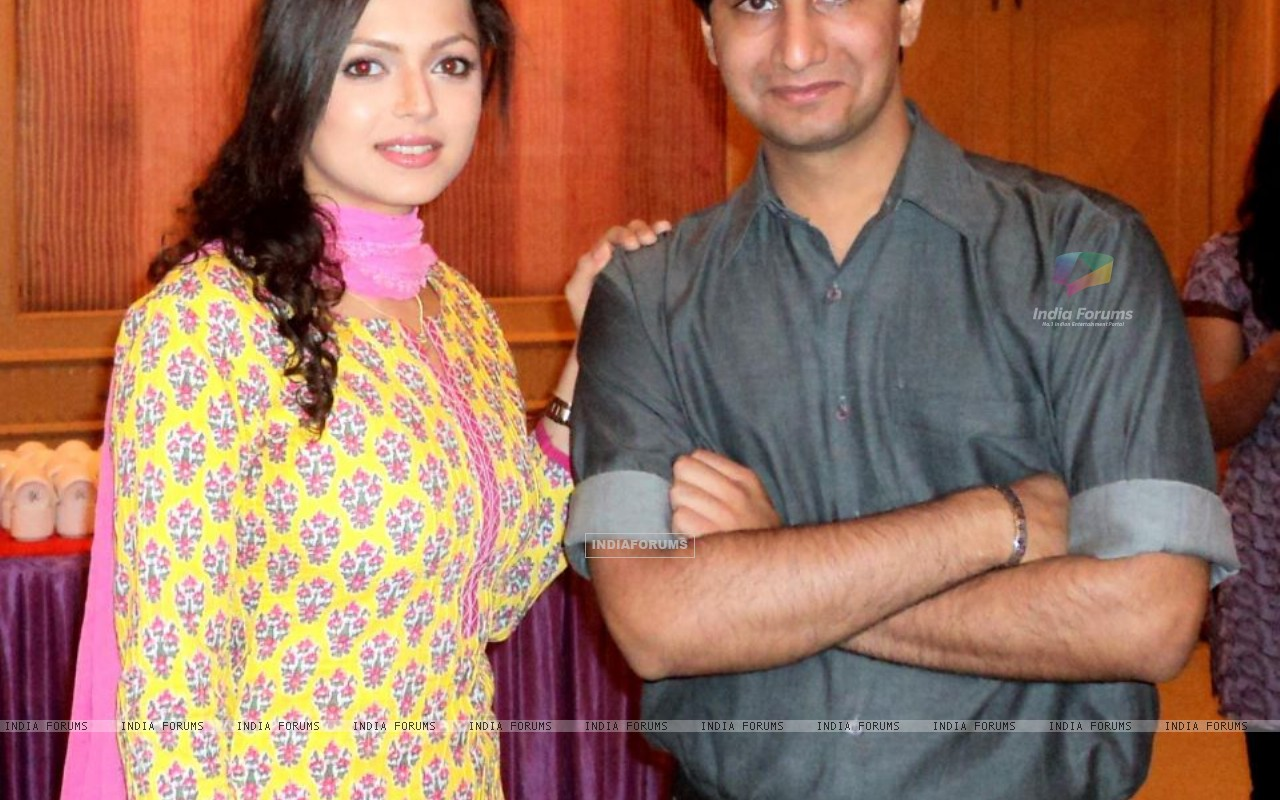 Drashti Dhami with her fan (204767) size:1280x800