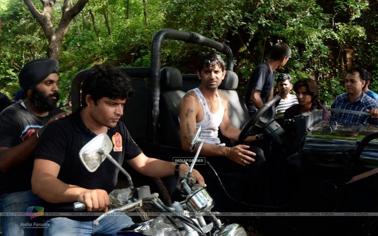 Barun Sobti filming a fight sequence (209010) size:1280x800