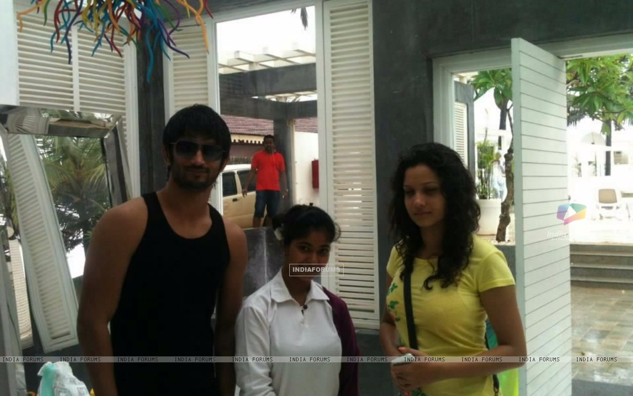 Sushant Singh Rajput, Ankita Lokhande With A Fan In Goa (214486) size:1280x800