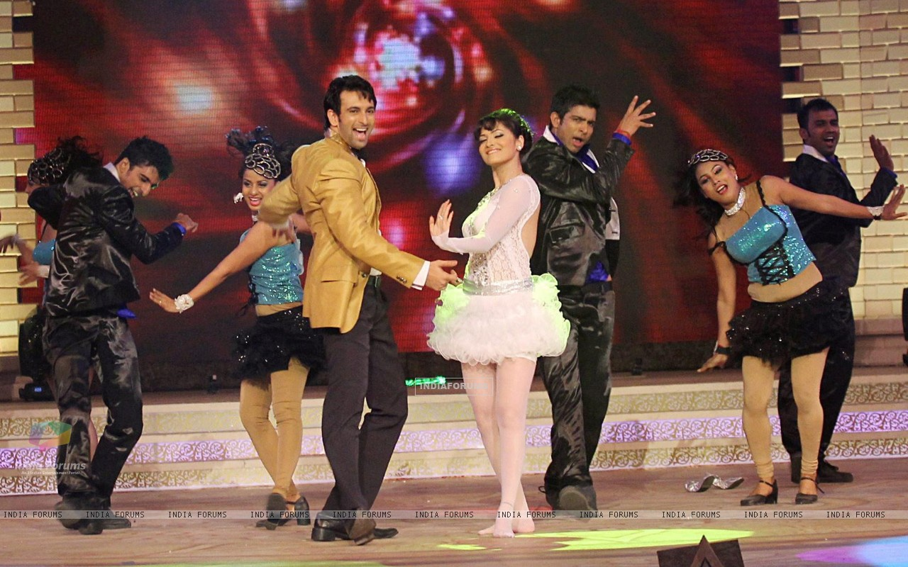Ankita Lokhande and Nandish Sandhu performing at Gold Awards (220087) size:1280x800