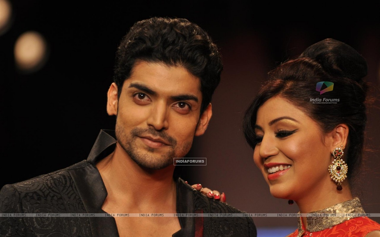 Gurmeet Choudhary and Debina Bonnerjee on ramp at the Beti show by Vikram Phadnis at IIJW 2012 (220951) size:1280x800