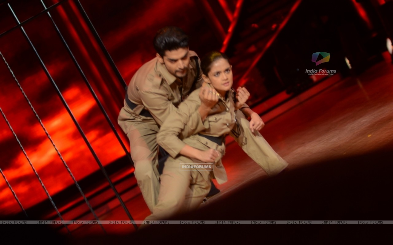 Gurmeet Choudhary and Shampa performing Desh Bakti Act on Jhalak Dikhla Jaa (221965) size:1280x800