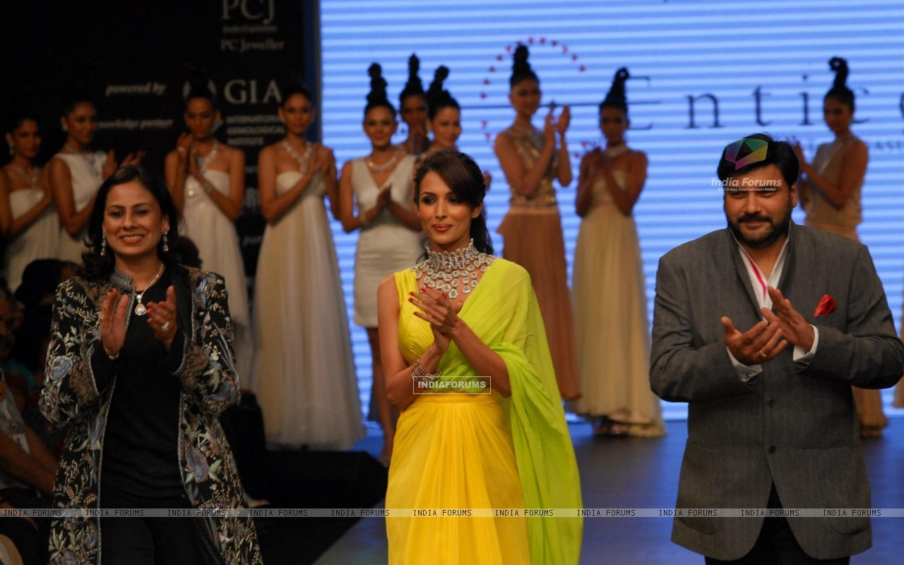 Malaika Arora Khan as showstopper at KGK Entice show on Day 4 of IIJW 2012 (222201) size:1280x800