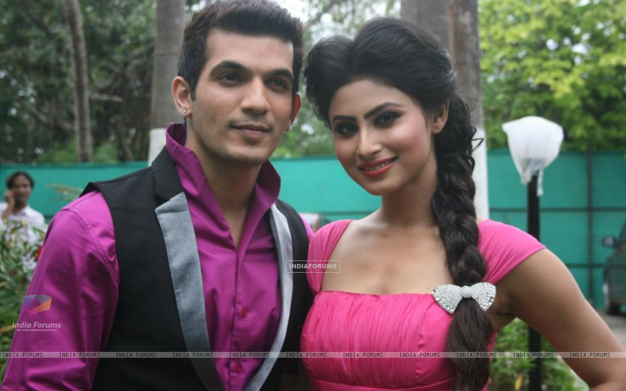 Arjun Bijlani with Mouni Roy (222472) size:1280x800