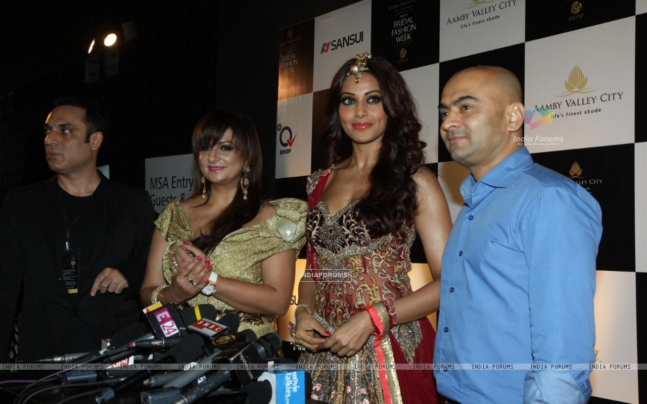 Bipasha Basu walks the ramp for Anjalee and Arjun Kapoor at Bridal Fashion Week (225893) size:1280x800