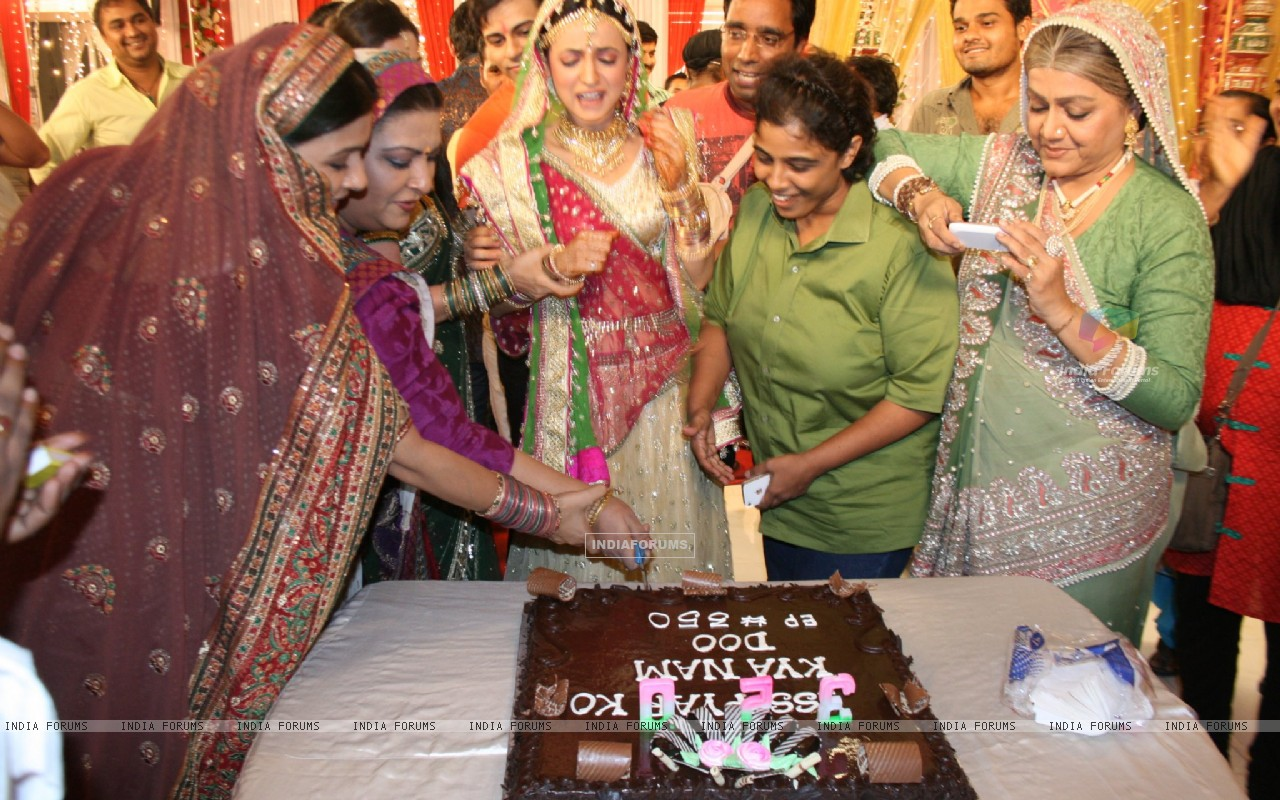 Iss Pyaar Ko Kya Naam Doon cast celebrating birthday (228096) size:1280x800
