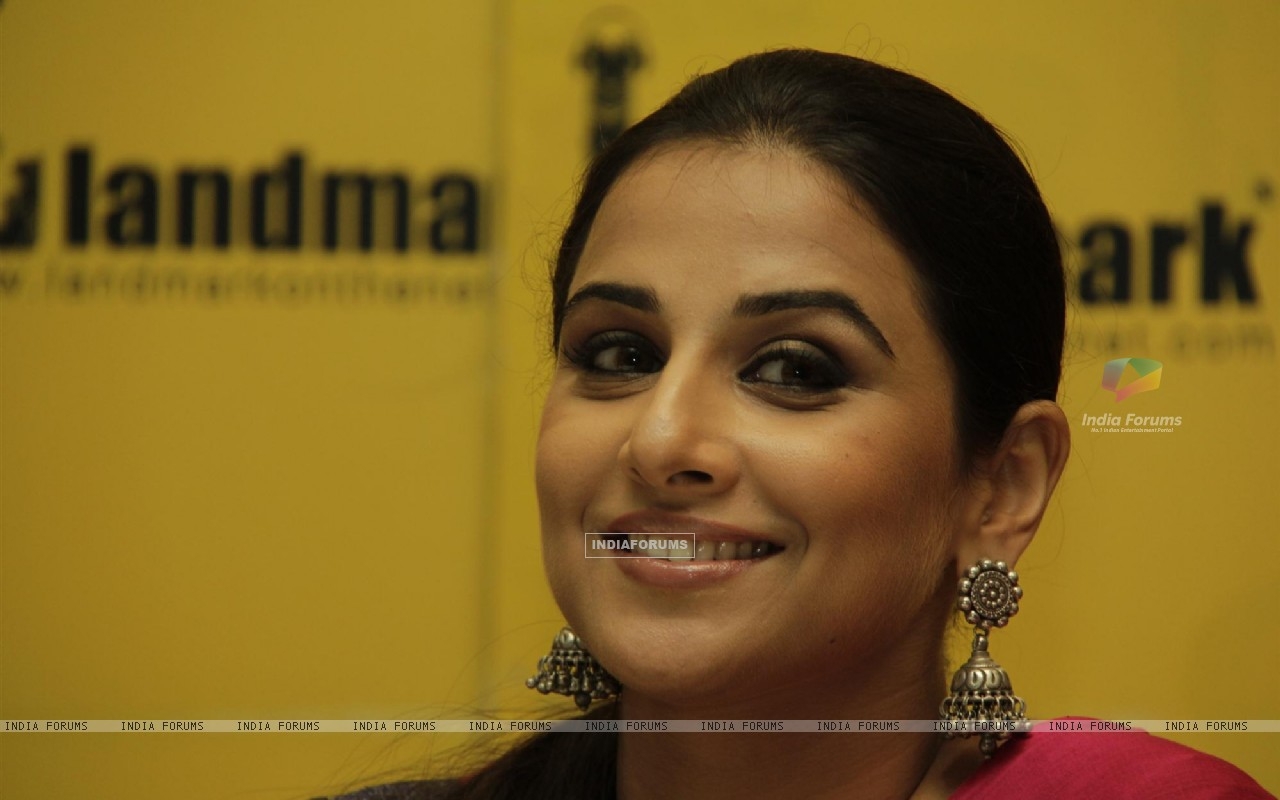 Bollywood actress Vidya Balan launches novel 'Unhooked' by Munmun Ghosh at Landmark Store in Infiniti Mall in Andheri, Mumbai. (230004) size:1280x800