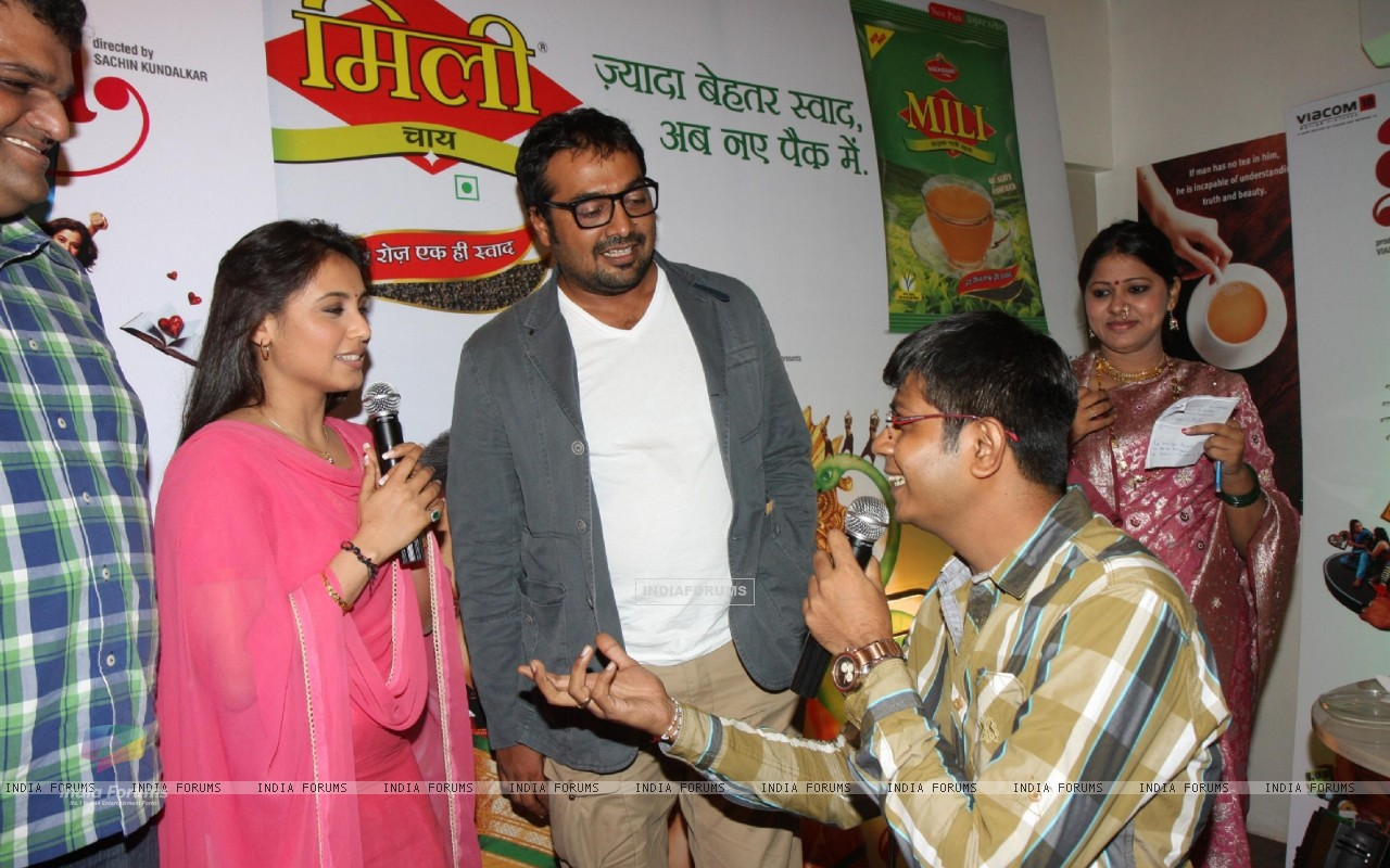 Bollywood actress Rani Mukherji with Director Anurag Kashyap promoting Aiyyaa with Chaha Poha (Tea and Maharashtrian Snack Poha) at Wagh Bakri Tea Lounge in Mumbai (230482) size:1280x800