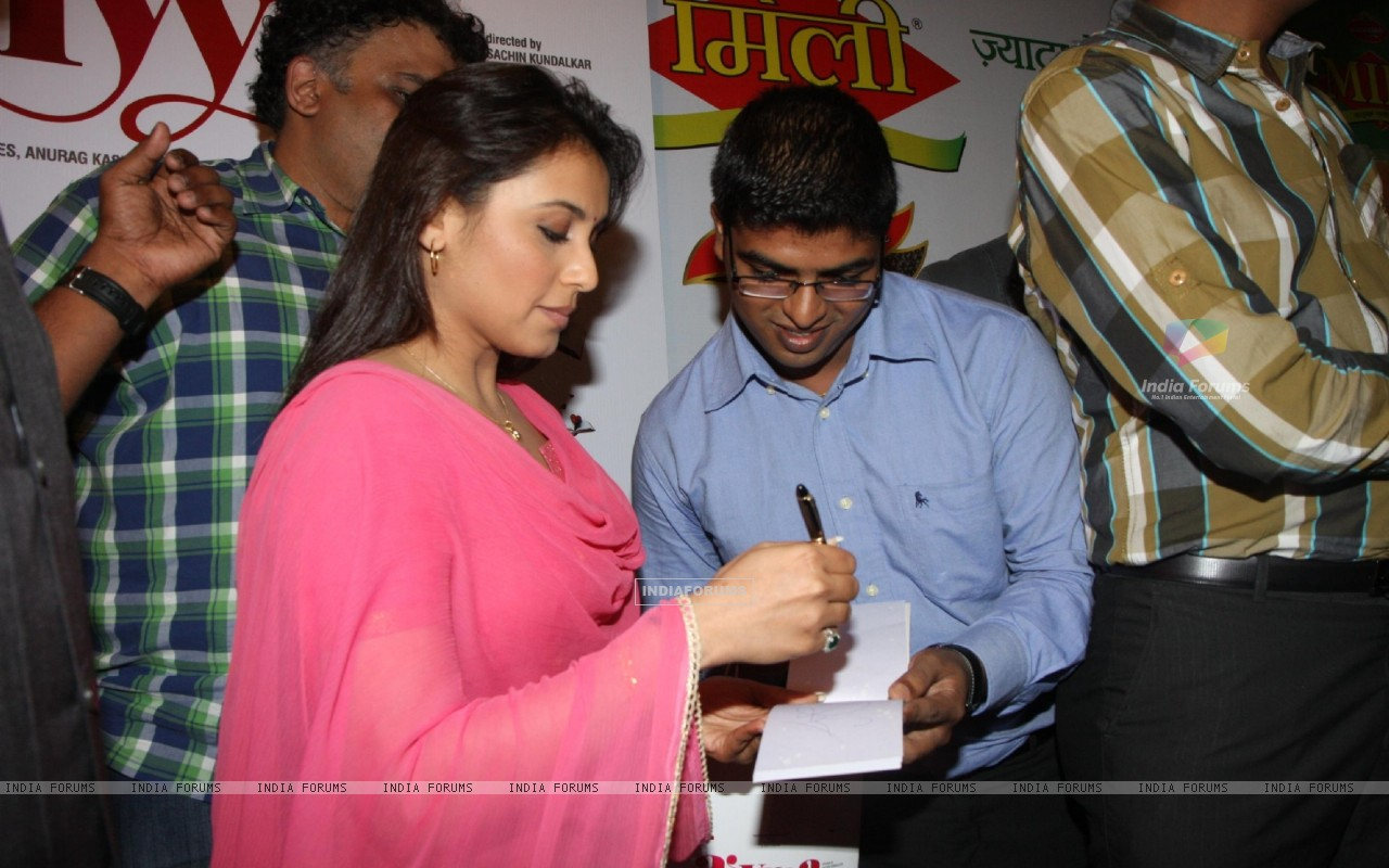 Bollywood actress Rani Mukherji with Director Anurag Kashyap promoting Aiyyaa with Chaha Poha (Tea and Maharashtrian Snack Poha) at Wagh Bakri Tea Lounge in Mumbai (230483) size:1280x800