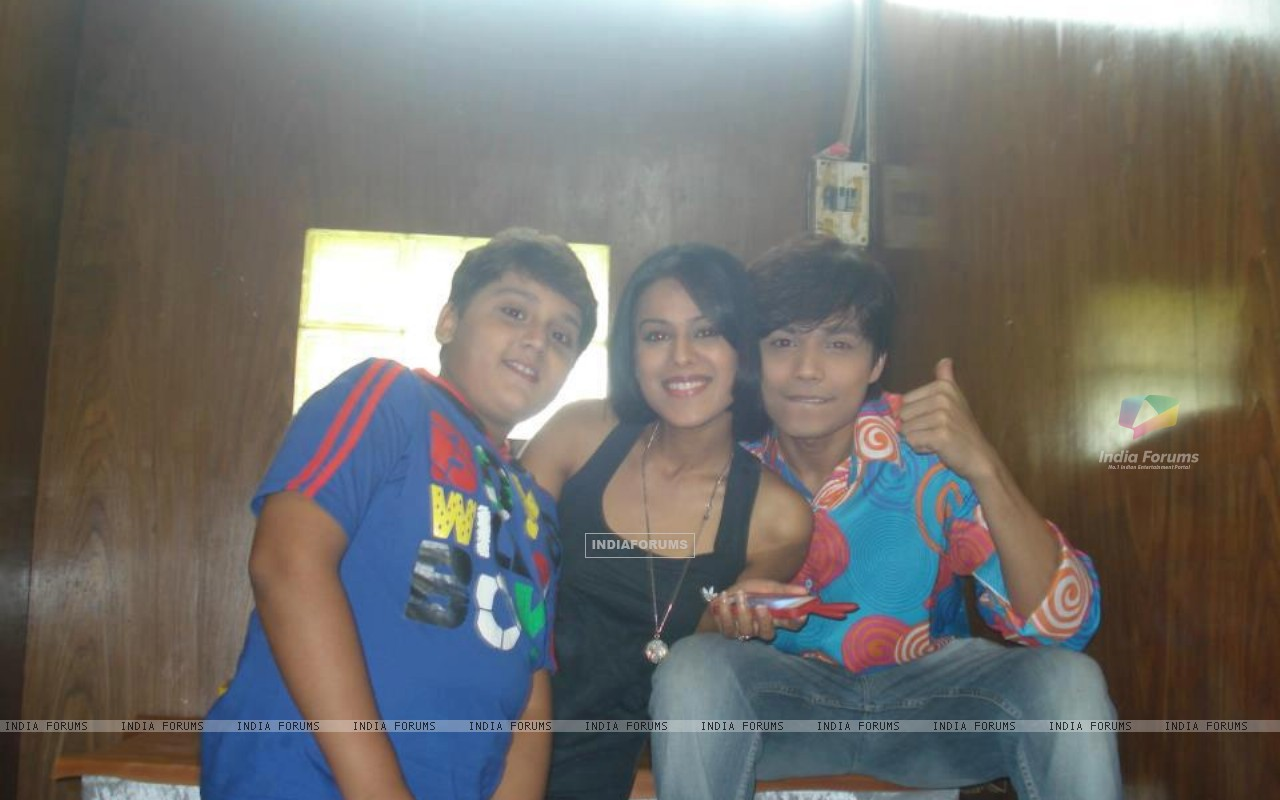 Nia sharma with gaurav & Shlok (231491) size:1280x800