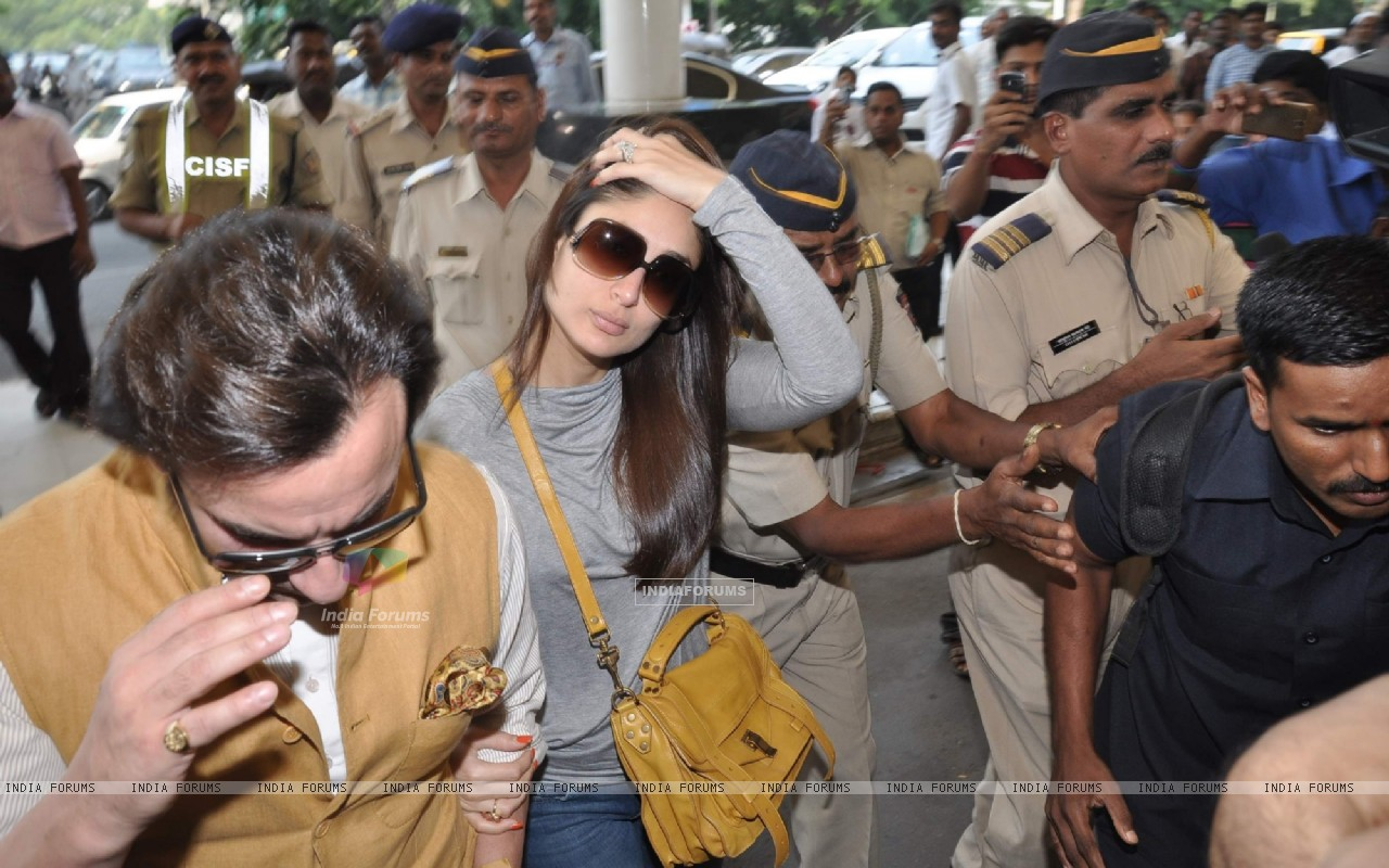 Bollywood actors Saif Ali with wife Kareena Kapoor leave for delhi (233153) size:1280x800