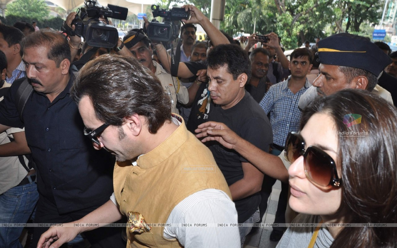 Bollywood actors Saif Ali with wife Kareena Kapoor leave for delhi (233157) size:1280x800