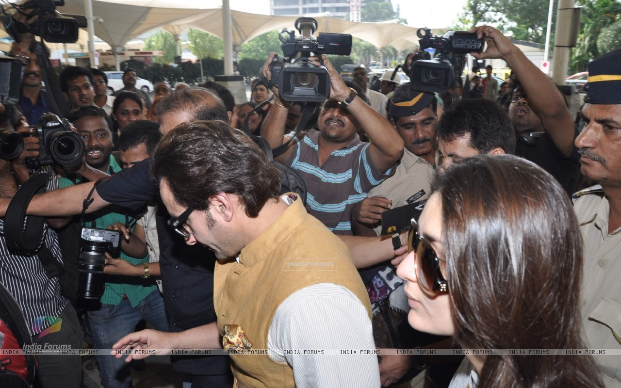 Bollywood actors Saif Ali with wife Kareena Kapoor leave for delhi (233182) size:1280x800