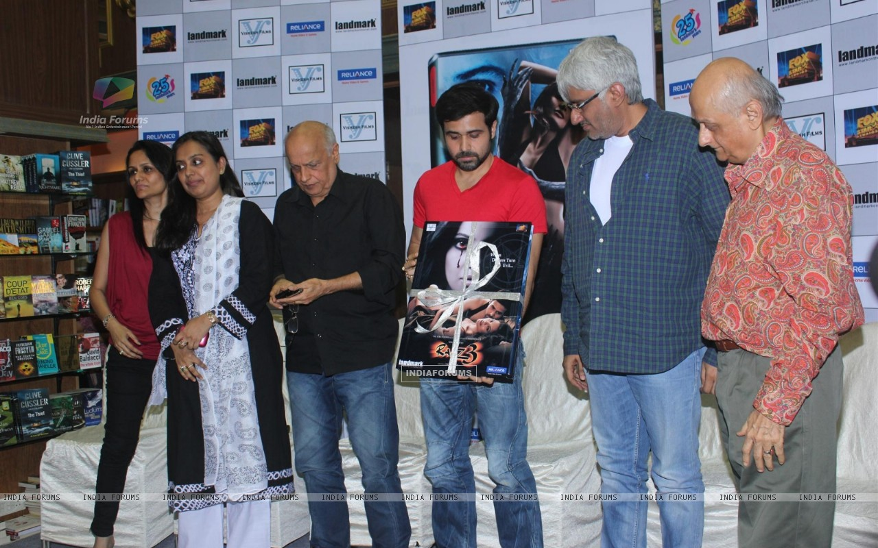 Mahesh Bhatt, Emraan Hashmi, Vikram Bhatt and Mukesh Bhatt at Film Raaz 3 DVD Launch (237840) size:1280x800