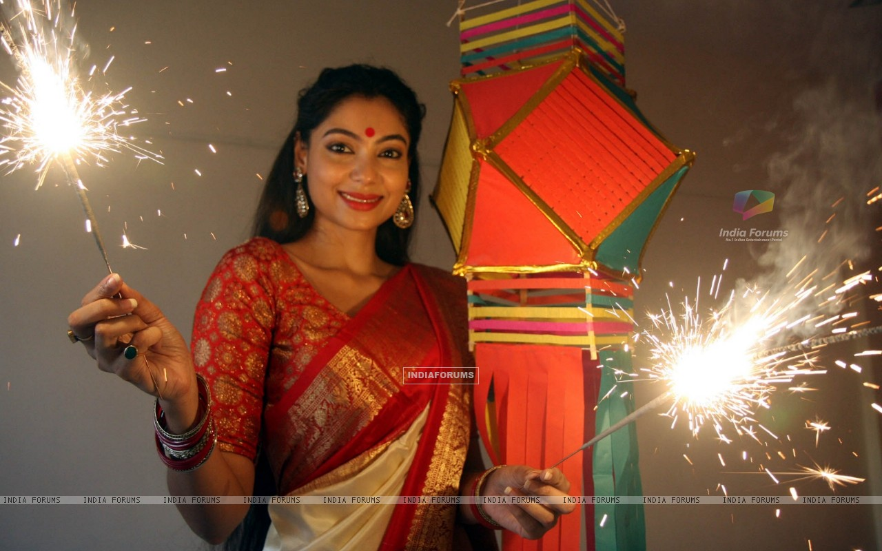 Anangsha Biswas special photo shoot of Diwali celebrations with fire crackers in Mumbai (239066) size:1280x800