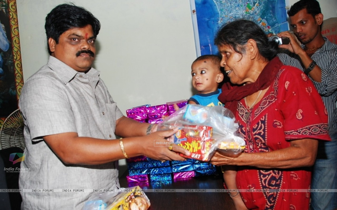 Shankar Nangre distributing Sweets and Fire Crackers to the underprivileged children (239593) size:1280x800