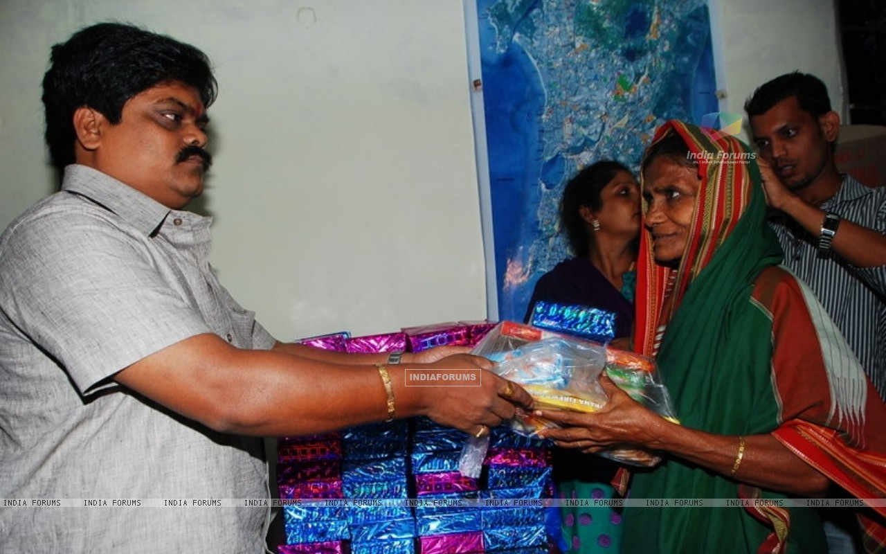 Shankar Nangre distributing Sweets and Fire Crackers to the underprivileged children (239594) size:1280x800