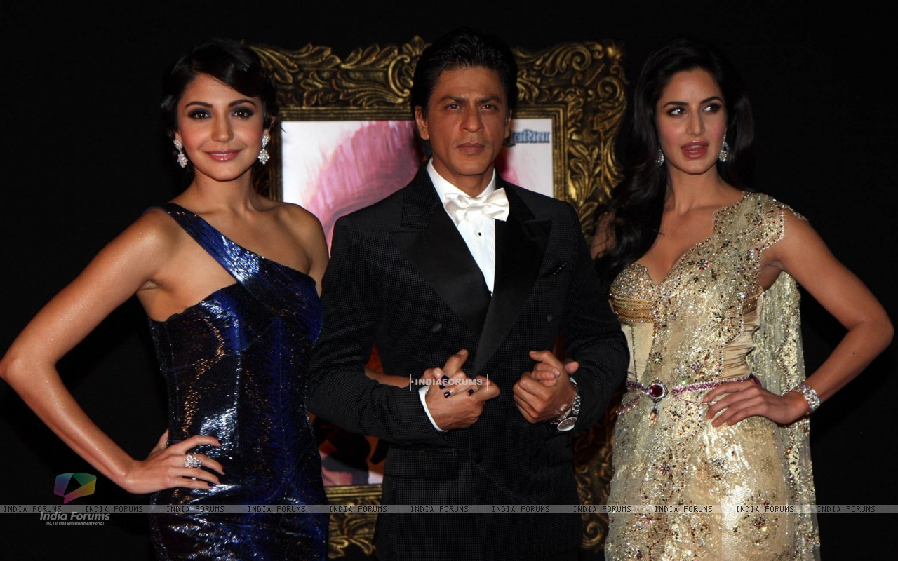 Anushka Sharma, Shahrukh Khan and Katrina Kaif at Red Carpet for premier of film Jab Tak Hai Jaan (239721) size:1280x800