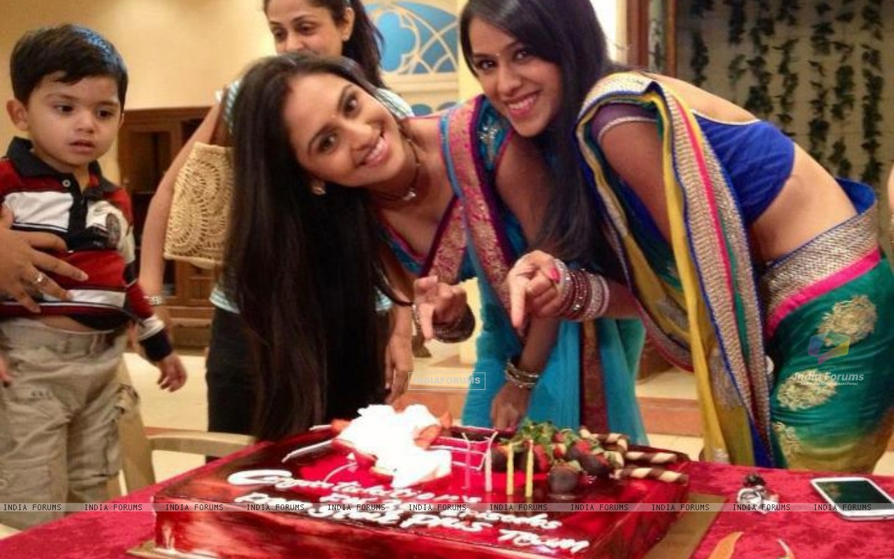 Nia & Krystle celebrate 300 episodes of their show (241143) size:1280x800
