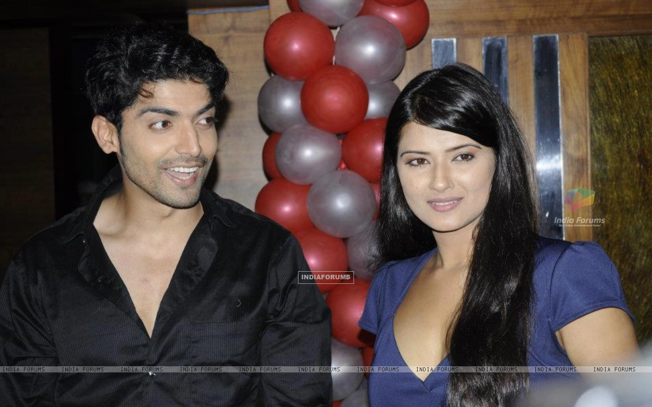 Gurmeet and Kratika (242154) size:1280x800