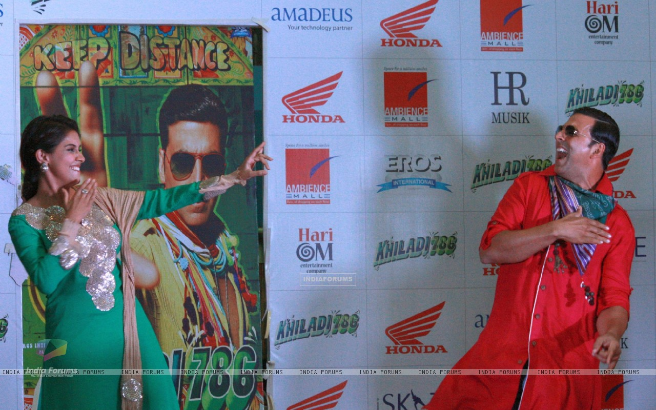 Akshay Kumar and Asin at a promotional event of  their  film ''Khiladi 786'' (243081) size:1280x800