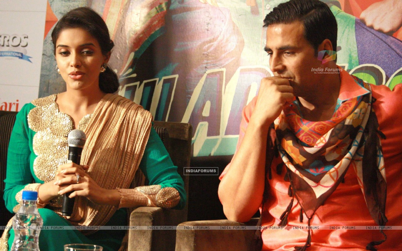 Akshay Kumar and Asin at a press conference for the  film ''Khiladi 786'' (243085) size:1280x800