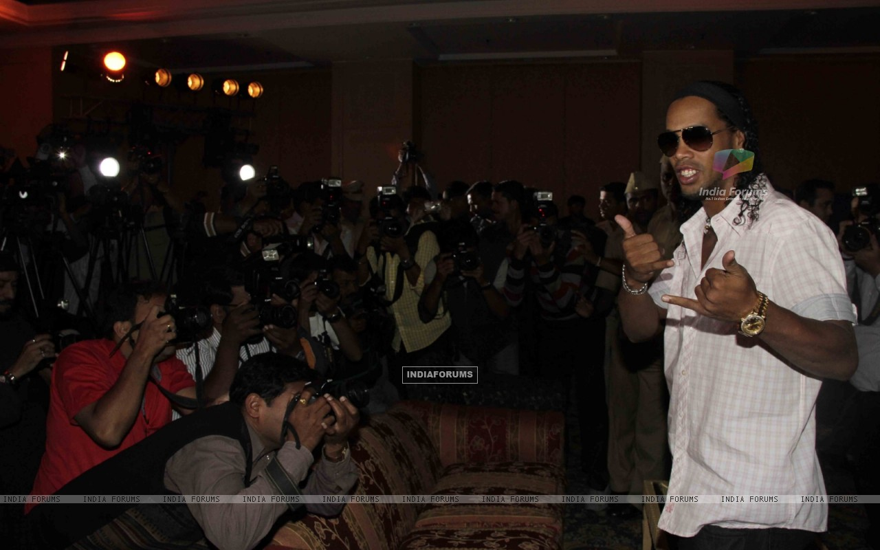 Ronaldinho unveiling of the banner of animation movie R-10 (249382) size:1280x800