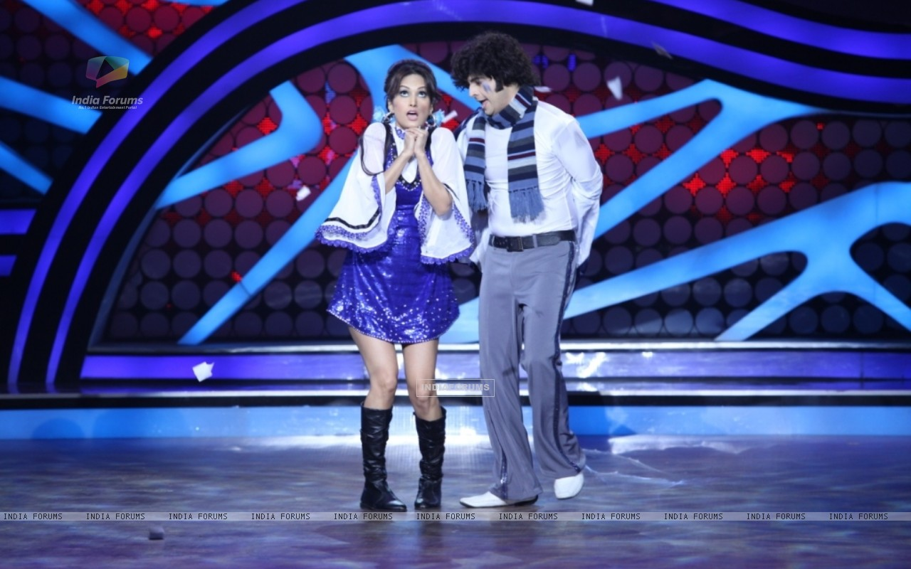 Karan Mehra and Nisha Rawal during their performance on Nach Baliye 5 (262153) size:1280x800