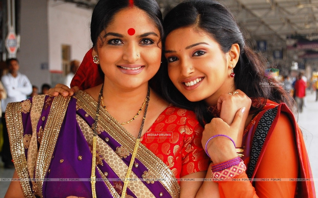 Suman and Kartik''s mother in Rehna Hai Teri Palkon ki Chaaon Mein (32271) size:1280x800
