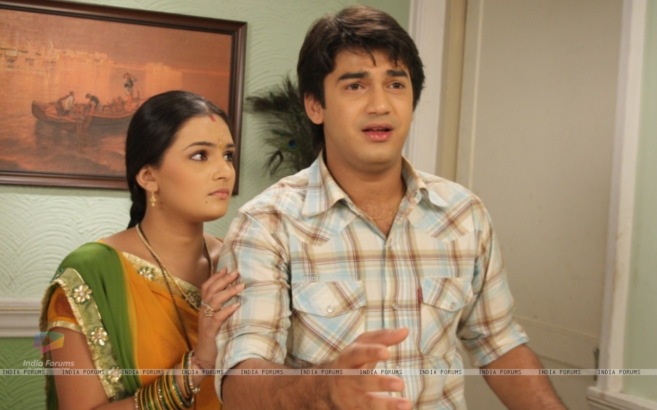 A still of Mohan and Bhakti (32905) size:1280x800